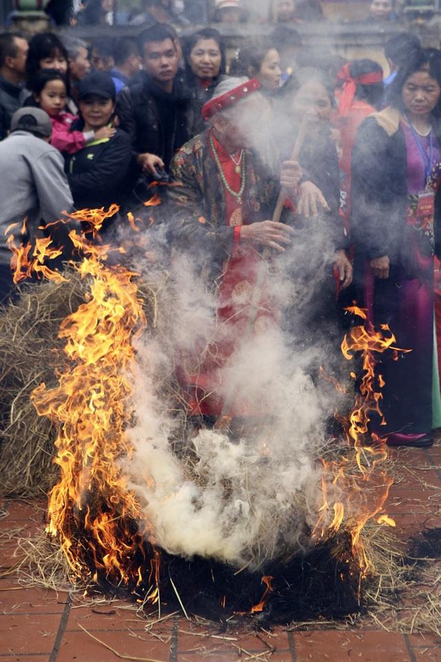 Tạo lửa theo cách cổ xưa để nấu cơm thi ở Hà Nội - 7