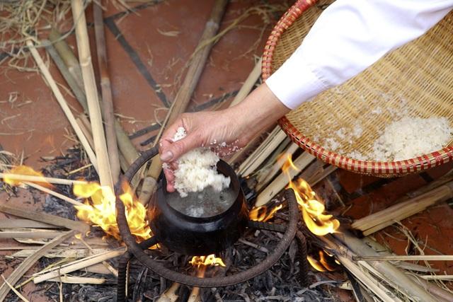 Tạo lửa theo cách cổ xưa để nấu cơm thi ở Hà Nội - 8