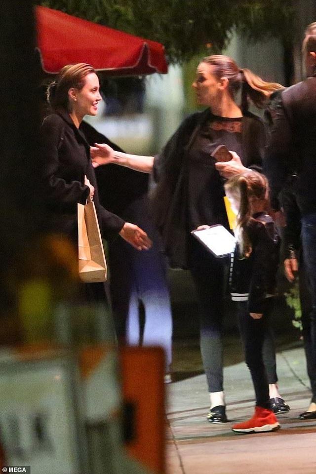 Angelina Jolie vui vẻ dạo phố sau thông tin Brad Pitt gặp lại Jennifer Aniston - 7