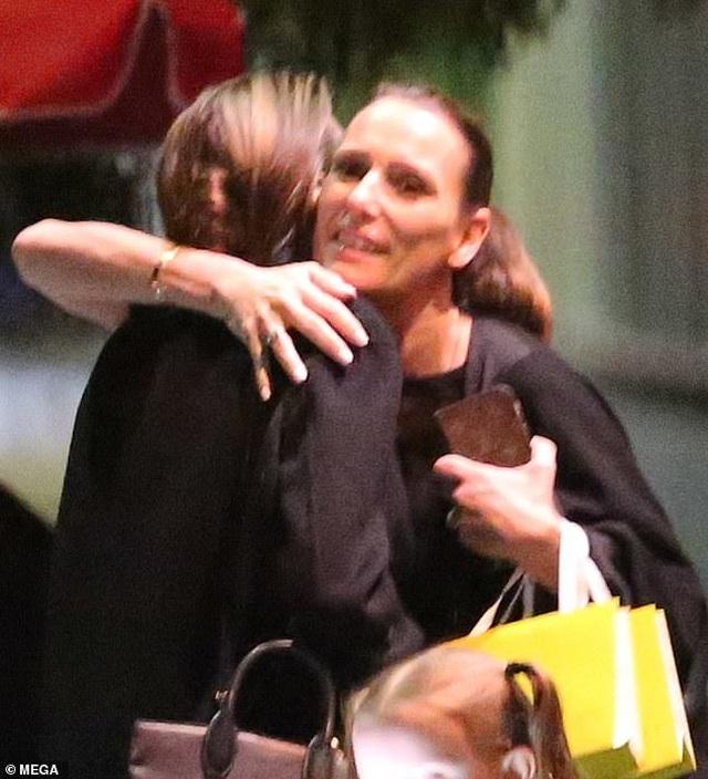 Angelina Jolie vui vẻ dạo phố sau thông tin Brad Pitt gặp lại Jennifer Aniston - 10