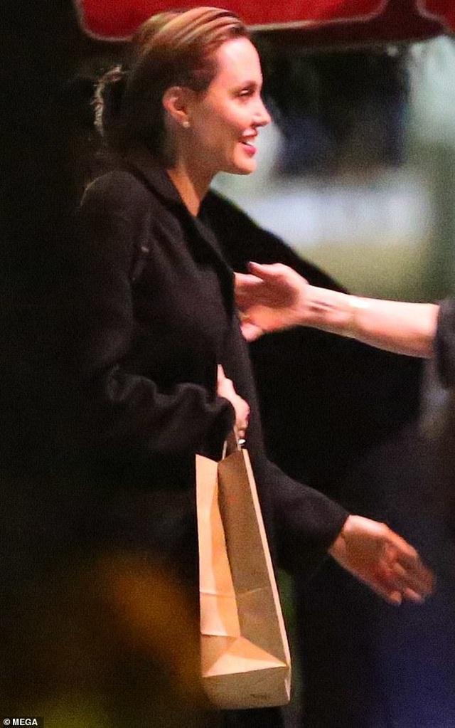Angelina Jolie vui vẻ dạo phố sau thông tin Brad Pitt gặp lại Jennifer Aniston - 9