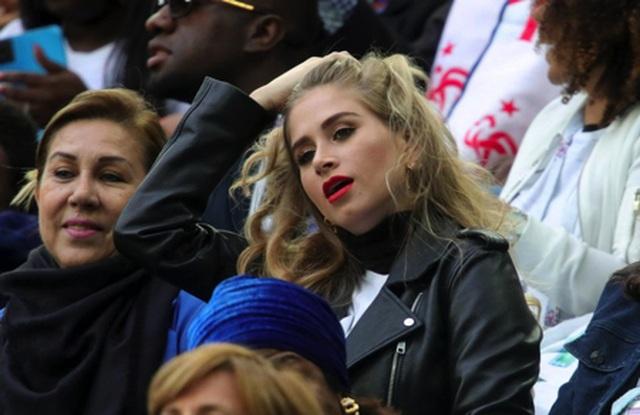 """Bạn gái cầu thủ MU và PSG """"đại chiến"""" nhan sắc trước cuộc đấu ở Old Trafford - 7"""
