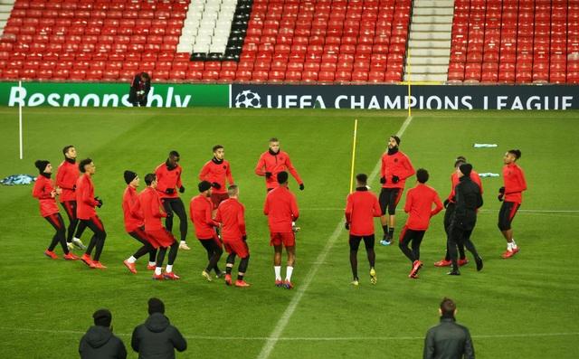 Các cầu thủ PSG luyện tập làm quen với mặt sân Old Trafford - 1