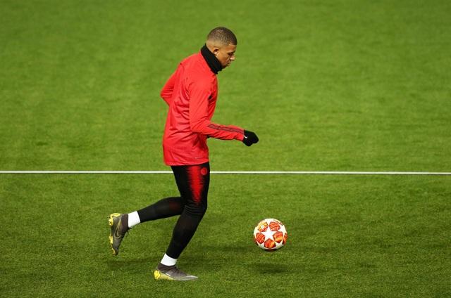 Các cầu thủ PSG luyện tập làm quen với mặt sân Old Trafford - 5