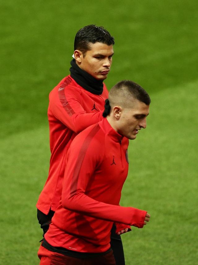 Các cầu thủ PSG luyện tập làm quen với mặt sân Old Trafford - 7