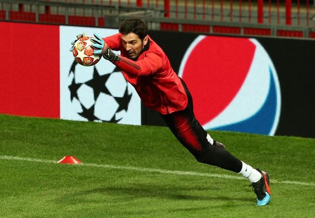 Các cầu thủ PSG luyện tập làm quen với mặt sân Old Trafford - 11