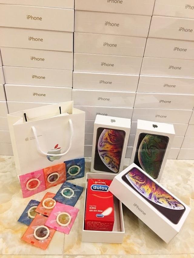 Ngoài socola, chị Trang còn bán bộ quà tặng túi hộp kẹo giả Durex.