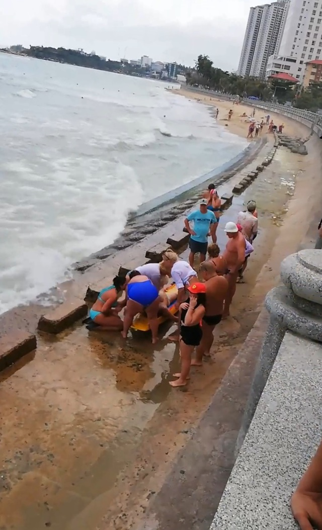 2 du khách người Nga tử nạn khi tắm biển Nha Trang - 1