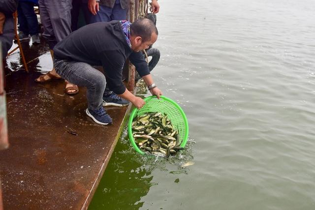15.000 người chuyền tay phóng sinh hơn 10 tấn cá ở Hà Nội - 8