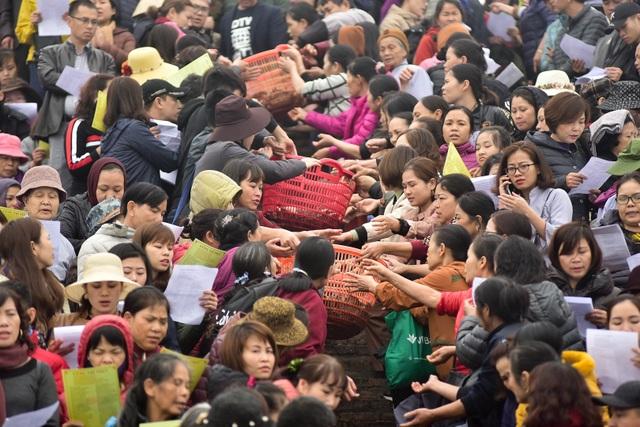15.000 người chuyền tay phóng sinh hơn 10 tấn cá ở Hà Nội - 5