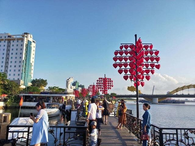 Đà Nẵng: Giới trẻ đổ xô đến cầu tình yêu nhân dịp lễ tình nhân 14/2 - 8