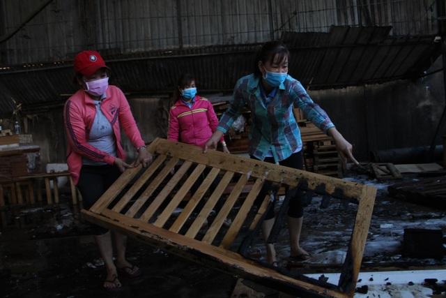 Công ty sản xuất đồ gỗ cháy dữ dội ngày đầu năm - 3
