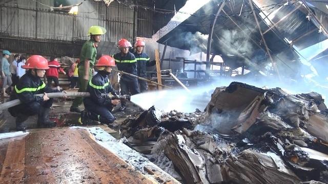 Công ty sản xuất đồ gỗ cháy dữ dội ngày đầu năm - 1