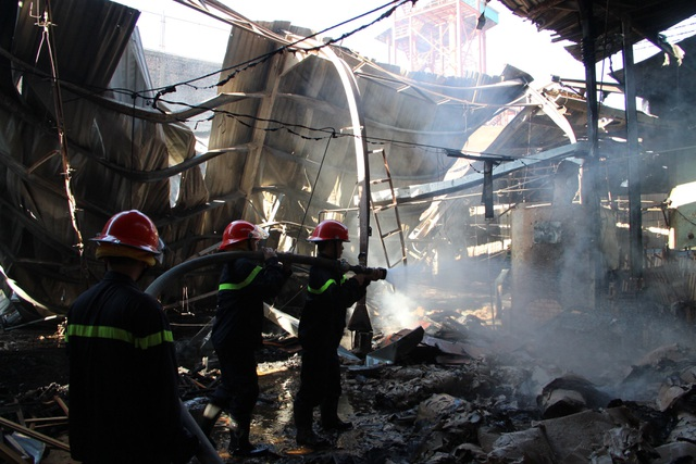 Công ty sản xuất đồ gỗ cháy dữ dội ngày đầu năm - 5
