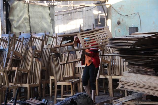 Công ty sản xuất đồ gỗ cháy dữ dội ngày đầu năm - 4