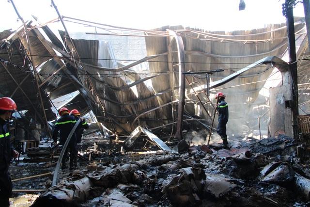 Công ty sản xuất đồ gỗ cháy dữ dội ngày đầu năm - 2