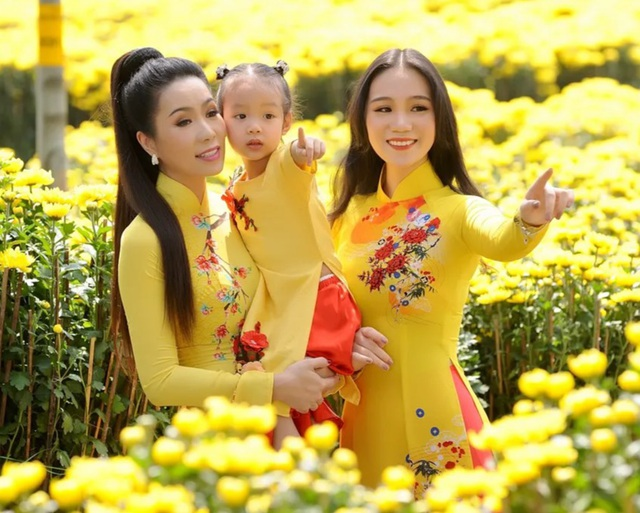 Con gái lớn Trịnh Kim Chi xinh như hoa hậu, điệu đà du xuân cùng mẹ - 9