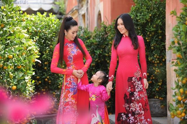 Con gái lớn Trịnh Kim Chi xinh như hoa hậu, điệu đà du xuân cùng mẹ - 1
