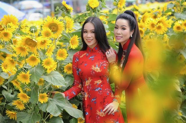 Con gái lớn Trịnh Kim Chi xinh như hoa hậu, điệu đà du xuân cùng mẹ - 2