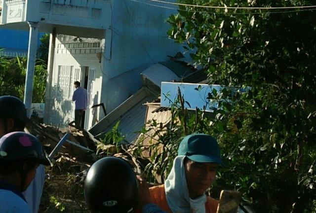 Đang lưu thông, xe tải bất ngờ tông sập mái nhà dân - 1