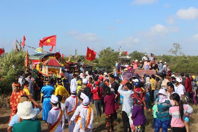 Rất đông người dân đổ về dự lễ Nghinh Ông Duyên Hải.