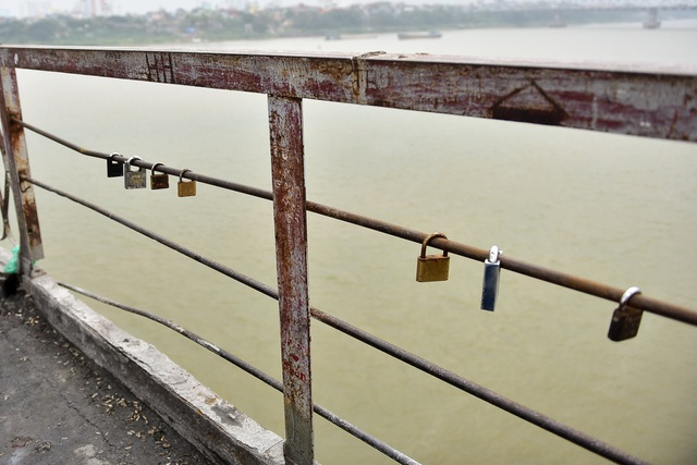 Khóa tình yêu trên cây cầu lịch sử ở Hà Nội  - 2
