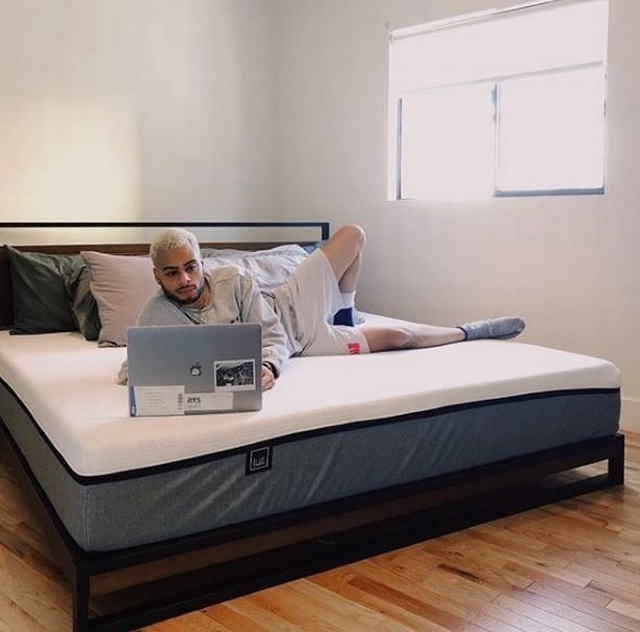 Jovan hiện đang sống trong một căn hộ lộng lẫy và trang trải tất cả các hóa đơn nhờ tiền ăn xin trên mạng.