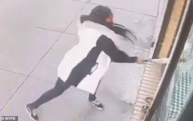 Thực khách cầm gậy đập vỡ cửa kính nhà hàng vì lý do khó tin - 2
