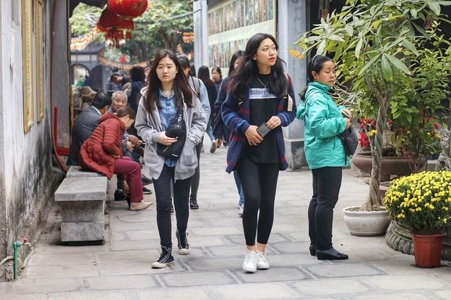 """Lễ tình nhân: Đông nghẹt người đi """"cầu duyên"""" ở ngôi chùa nổi tiếng Hà Nội - 1"""