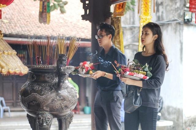 """Lễ tình nhân: Đông nghẹt người đi """"cầu duyên"""" ở ngôi chùa nổi tiếng Hà Nội - 10"""