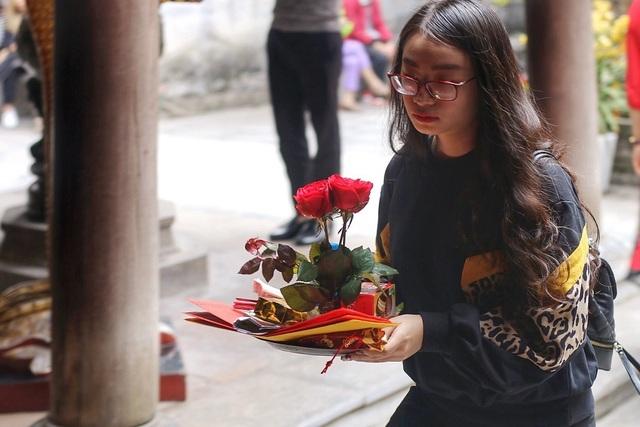 """Lễ tình nhân: Đông nghẹt người đi """"cầu duyên"""" ở ngôi chùa nổi tiếng Hà Nội - 11"""