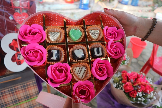 Đa dạng thị trường quà tặng Valentine nhưng sức mua khá yếu - 14