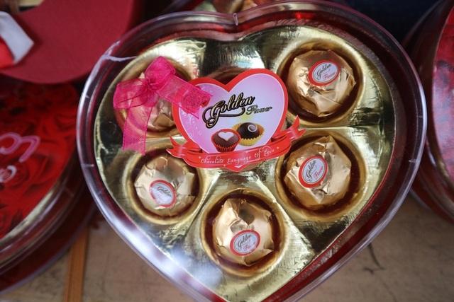Đa dạng thị trường quà tặng Valentine nhưng sức mua khá yếu - 15