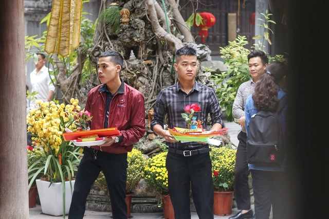 """Lễ tình nhân: Đông nghẹt người đi """"cầu duyên"""" ở ngôi chùa nổi tiếng Hà Nội - 13"""