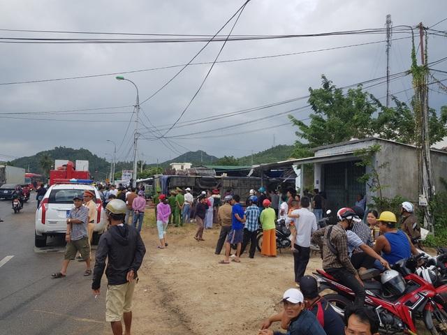Xe khách chở hơn 30 người đâm nhà dân, lật nhào sau tiếng nổ lớn - 2