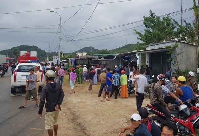 Giây phút kinh hoàng khi xe khách chở hơn 30 người lật nhào sát nhà dân