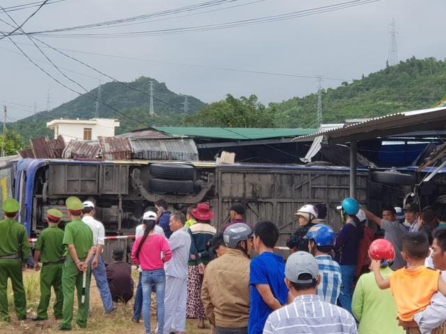 Xe khách chở hơn 30 người đâm nhà dân, lật nhào sau tiếng nổ lớn - 4