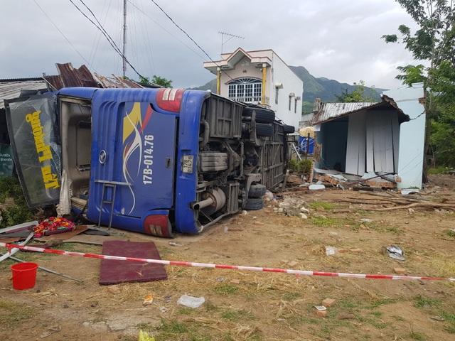 Xe khách chở hơn 30 người đâm nhà dân, lật nhào sau tiếng nổ lớn - 1