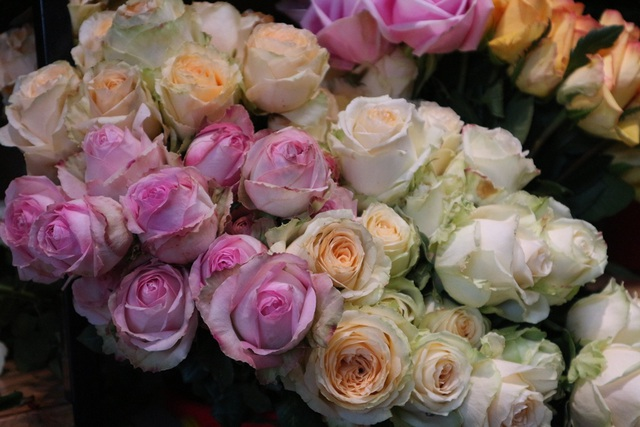 Đa dạng thị trường quà tặng Valentine nhưng sức mua khá yếu - 10