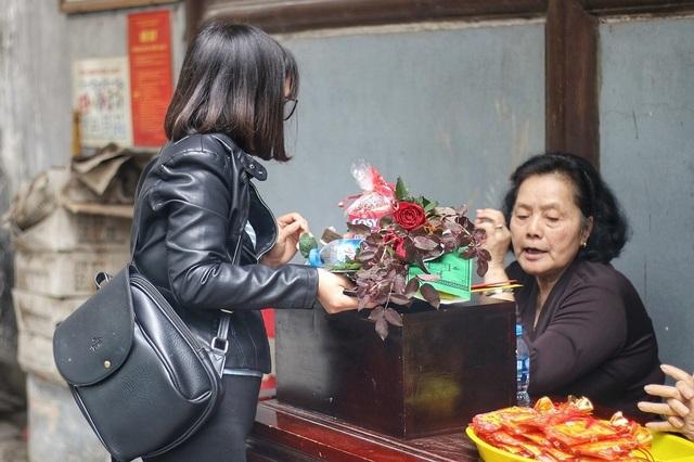 """Lễ tình nhân: Đông nghẹt người đi """"cầu duyên"""" ở ngôi chùa nổi tiếng Hà Nội - 6"""
