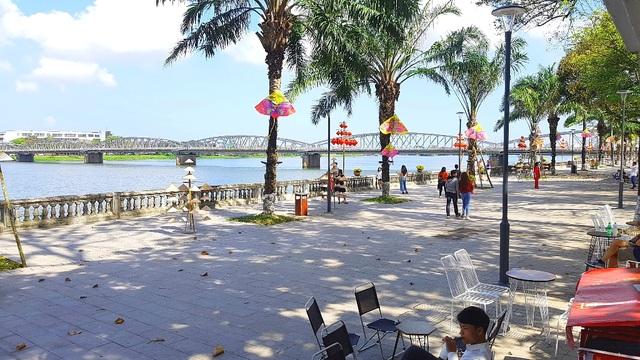 Ngắm Huế đẹp lạ lẫm trên những con đường đi bộ ven sông Hương