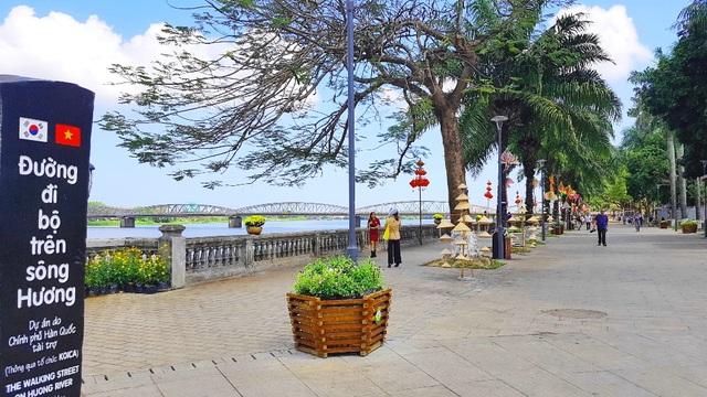 Ngắm Huế đẹp lạ lẫm trên những con đường đi bộ ven sông Hương - 2