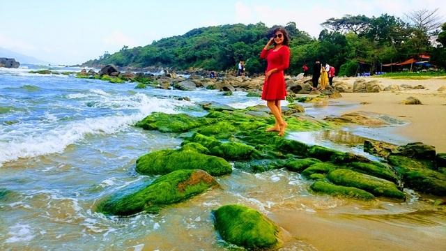 Rạn Nam Ô: Đẹp ngỡ ngàngrạn rêu xanh thu hút du khách ngày đầu xuân - 6