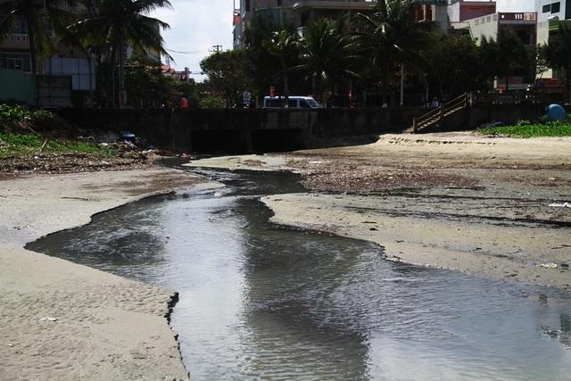 Gần 4 km bờ biển Đà Nẵng nước đen ngòm sau Tết - 2