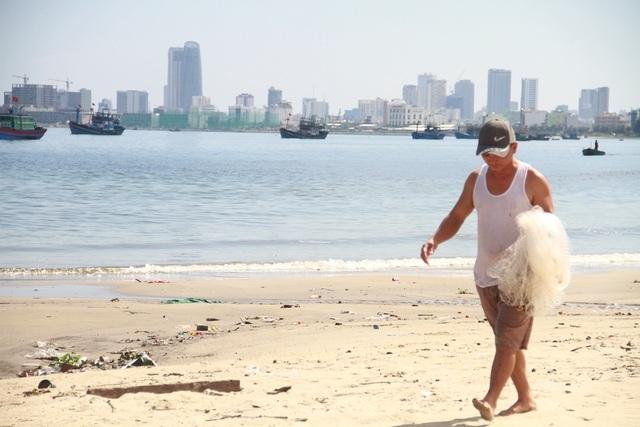 Gần 4 km bờ biển Đà Nẵng nước đen ngòm sau Tết - 4