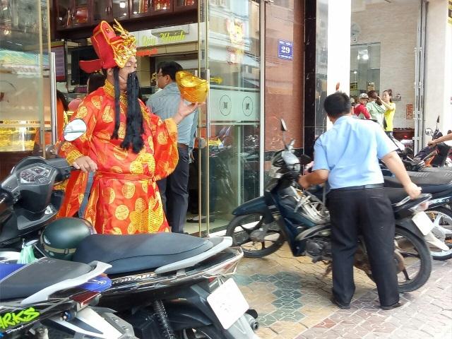 Ngày vía Thần Tài: Tiệm vàng không quá đông, vịt quay lại hút khách - 2