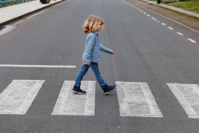 Không nên để trẻ tự sang đường cho đến khi 14 tuổi - 1