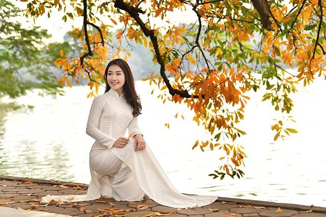 Thiếu nữ 9x tận hưởng vẻ lãng mạn mùa lộc vừng Hồ Gươm đổ lá vàng   Báo Dân  trí