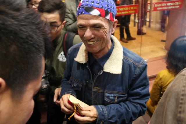 Tranh cãi kịch liệt việc ai xếp hàng trước để tranh mua vàng ngày Vía Thần Tài - 9