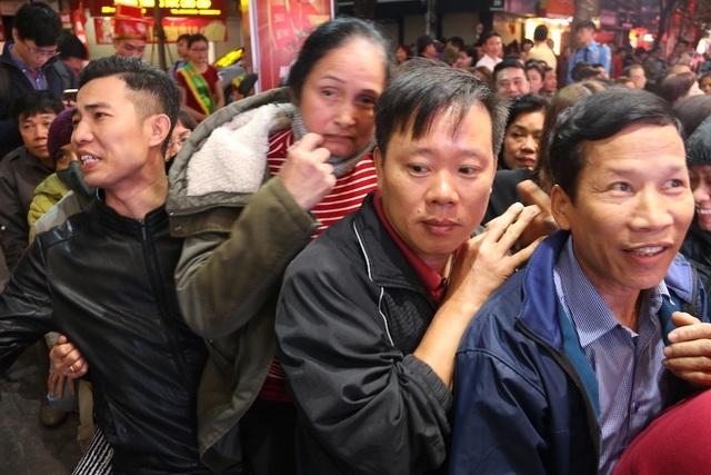 Tranh cãi kịch liệt việc ai xếp hàng trước để tranh mua vàng ngày Vía Thần Tài - 5